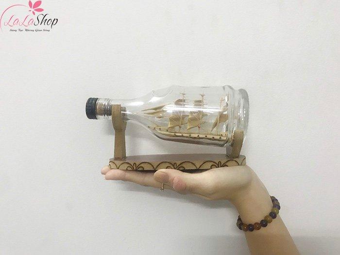 Thuyền buồm mỹ nghệ trong chai buồm gỗ vàng
