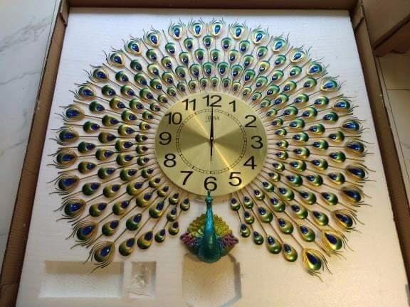 Đồng hồ đính đá công xanh xòe đuôi
