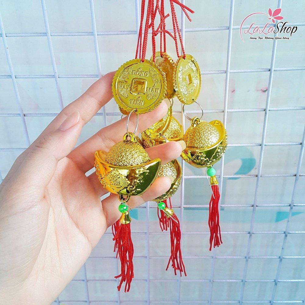 Dây treo tiền vàng và thỏi vàng trang trí tết