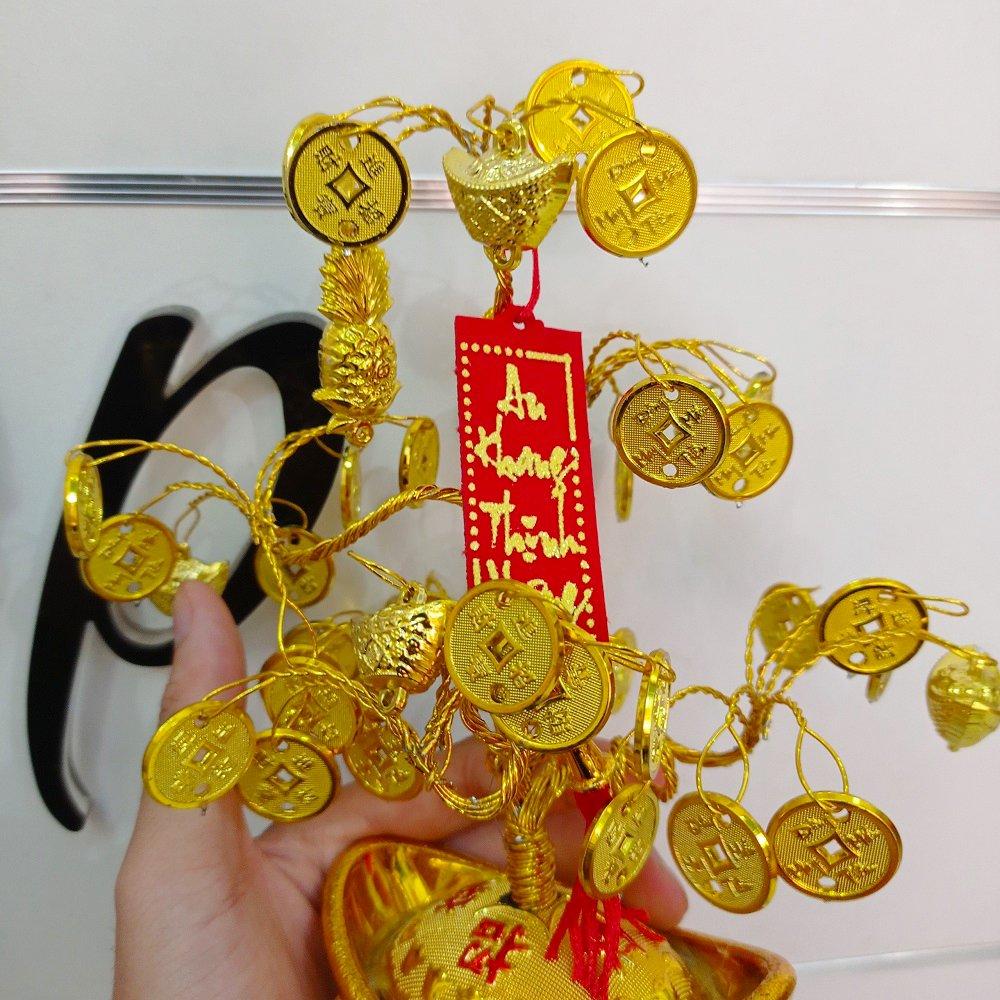 Cây phát tài thỏi vàng và liễn đỏ trang trí tết