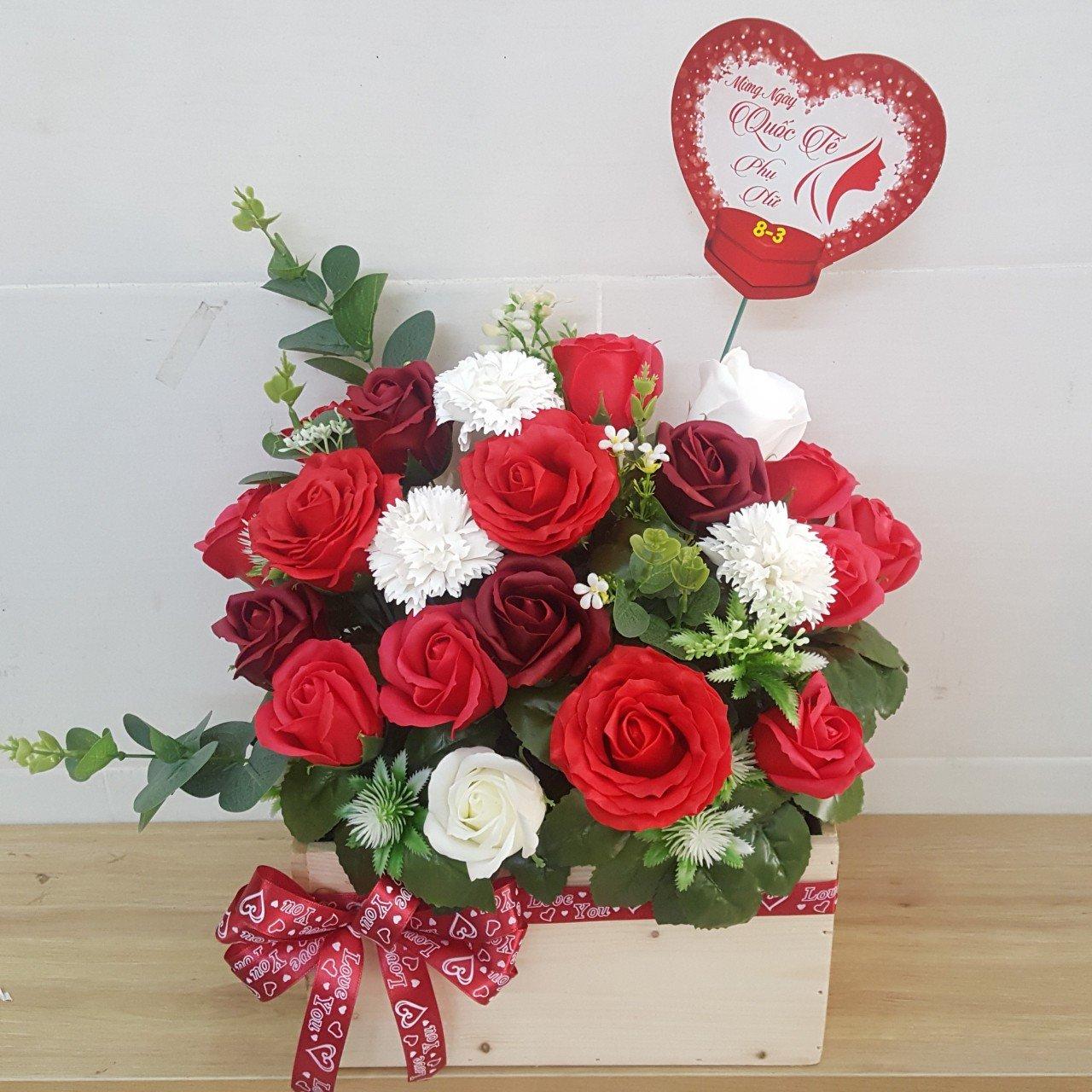 Giỏ hoa hồng sáp thơm 3 màu hộp gỗ - H081