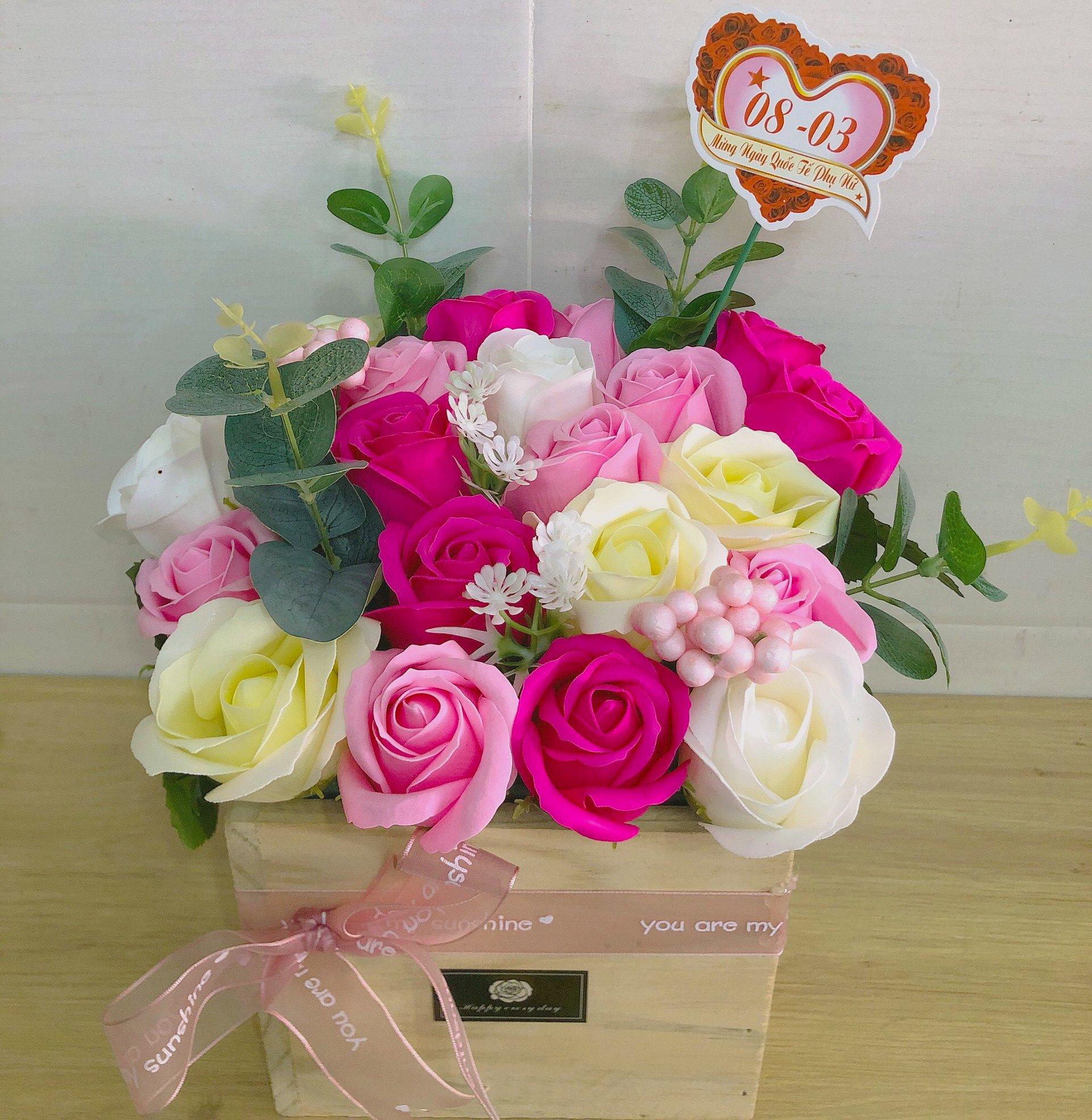 Giỏ gỗ hoa hồng sáp thơm tam sắc