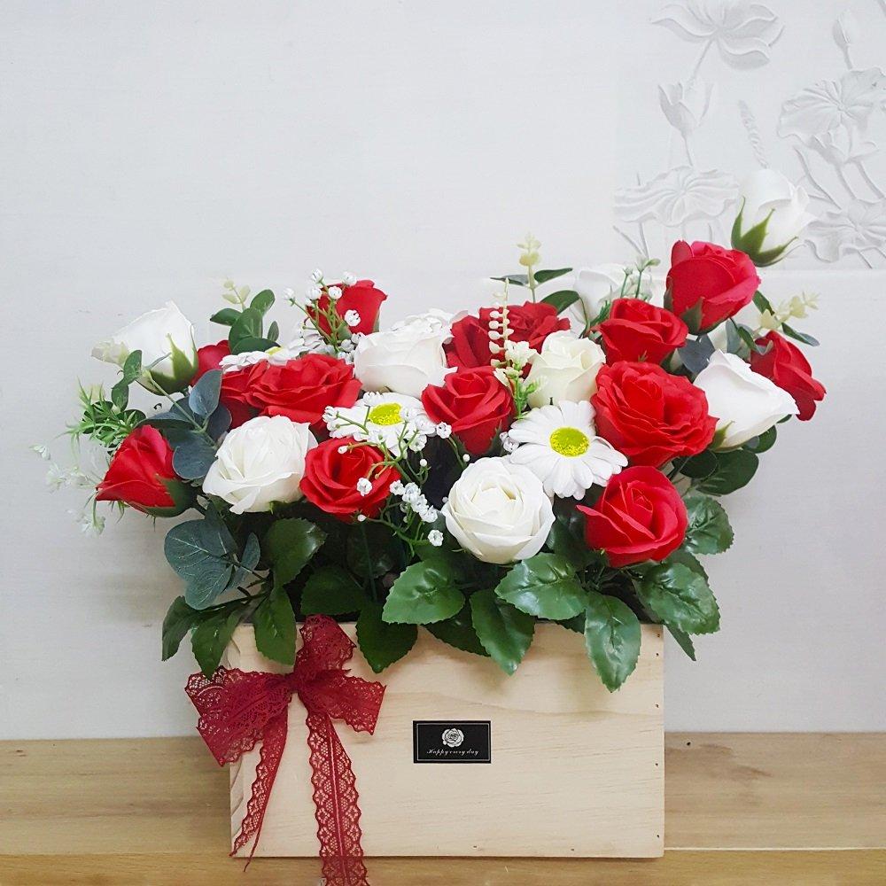 Giỏ hoa sáp thơm gỗ sắc đỏ điểm trắng