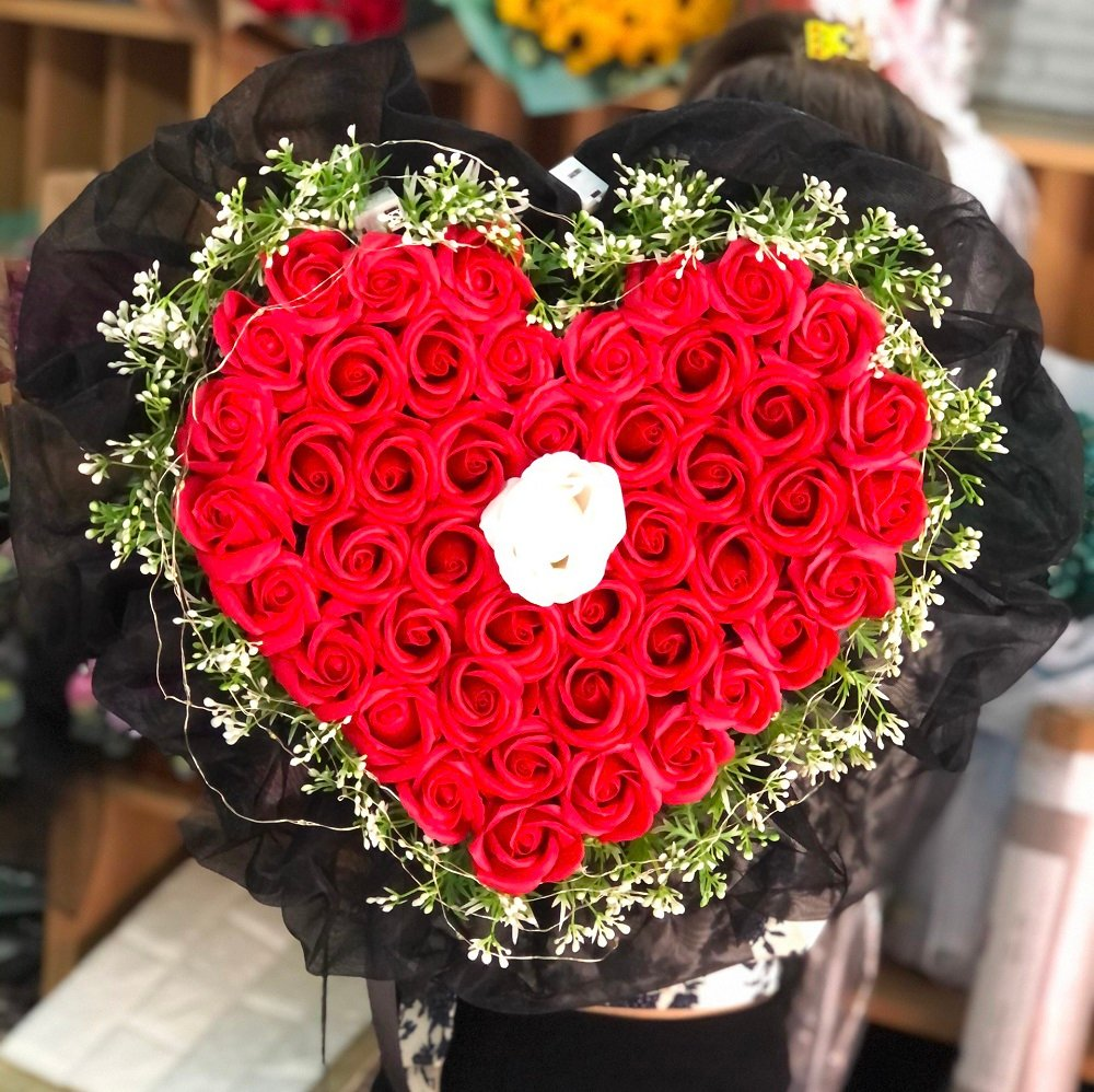Bó hoa hồng đỏ sáp thơm hình trái tim kèm đèn led