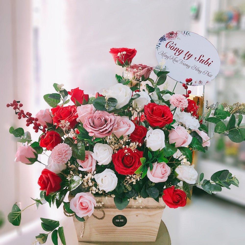 Giỏ hoa hồng sáp thơm sắc hồng và đỏ