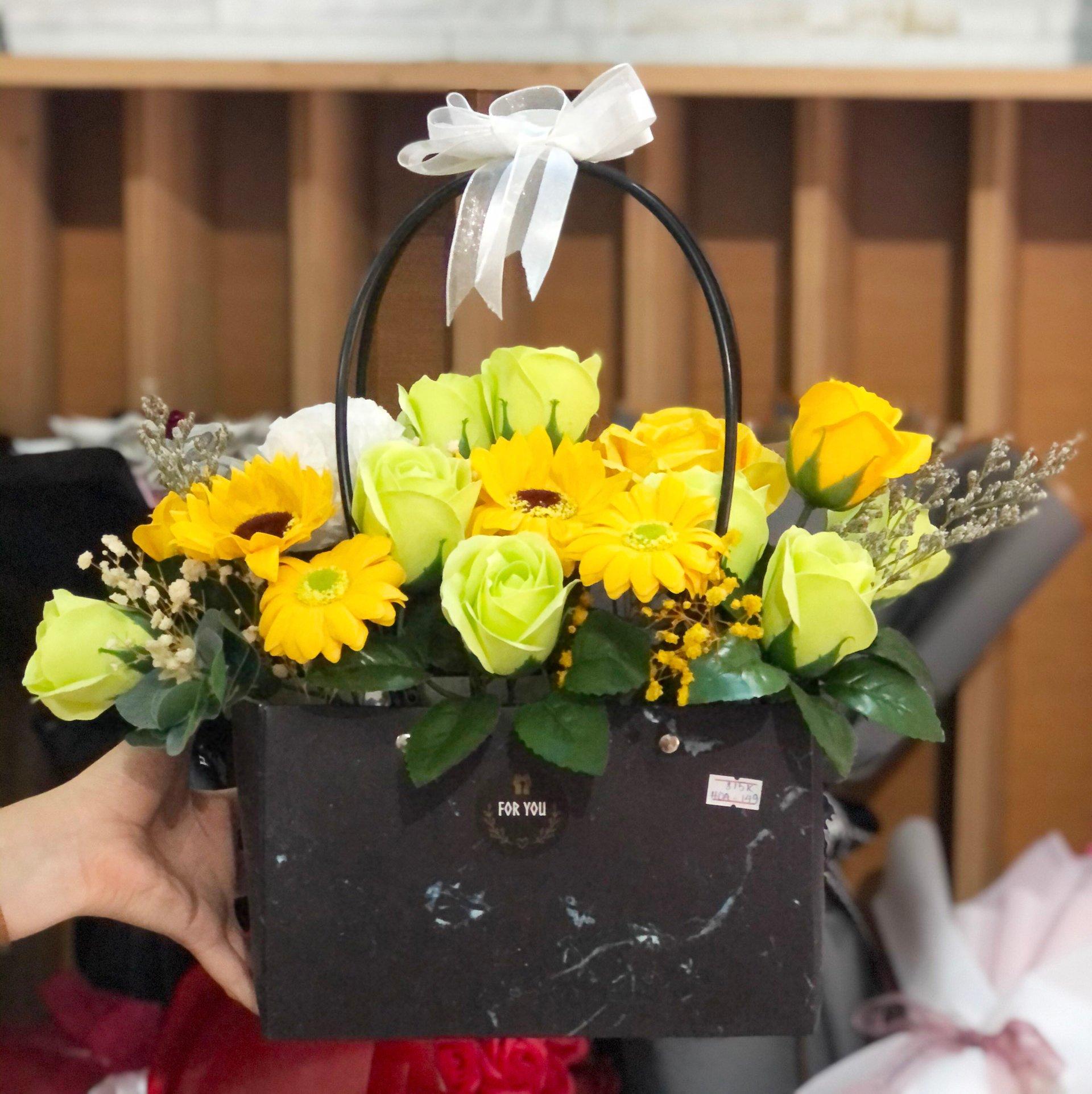 Giỏ hoa hồng sáp thơm kèm hoa hướng dương vàng