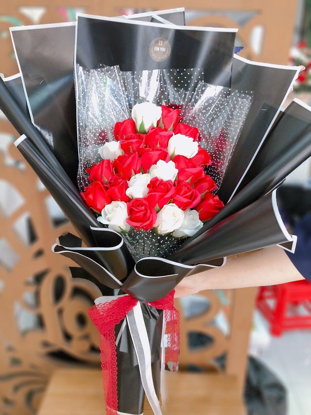 Bó 20 bông hồng sáp thơm sắc đỏ và trắng