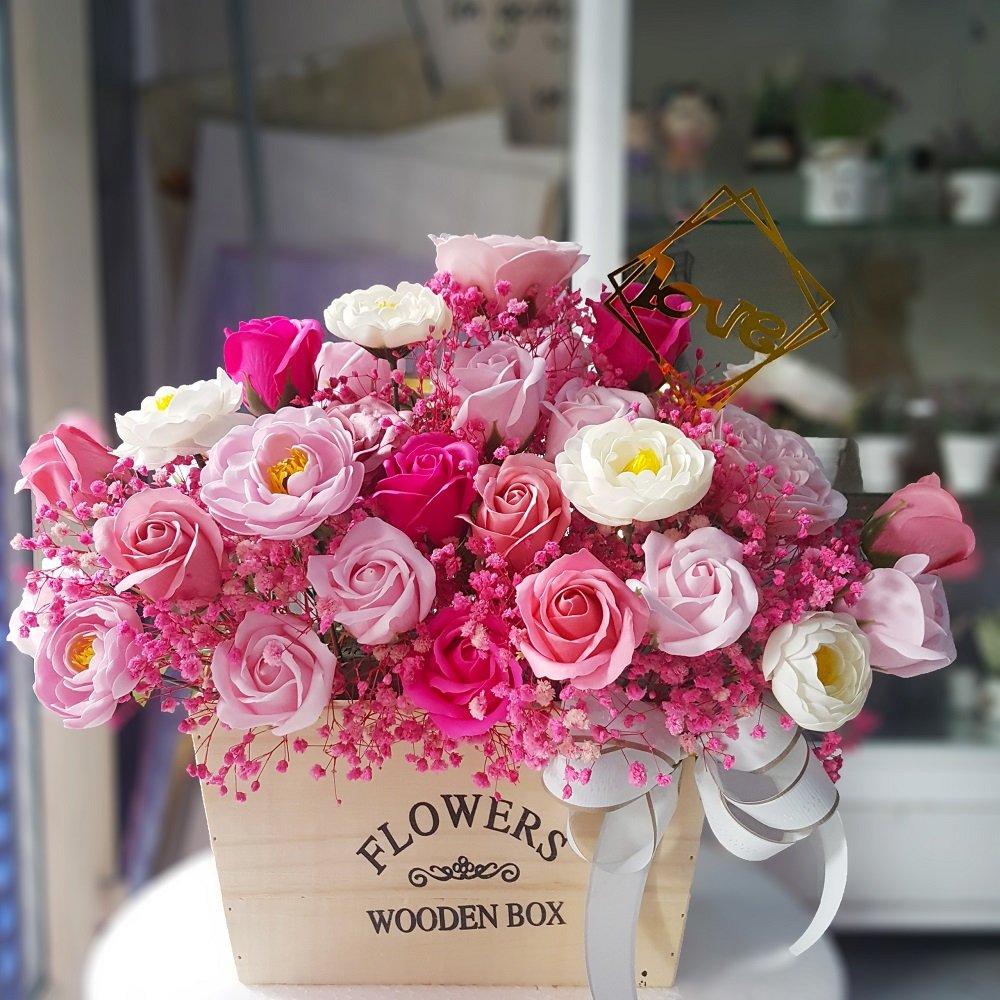 Chậu hoa hồng sáp thơm gỗ sắc hồng