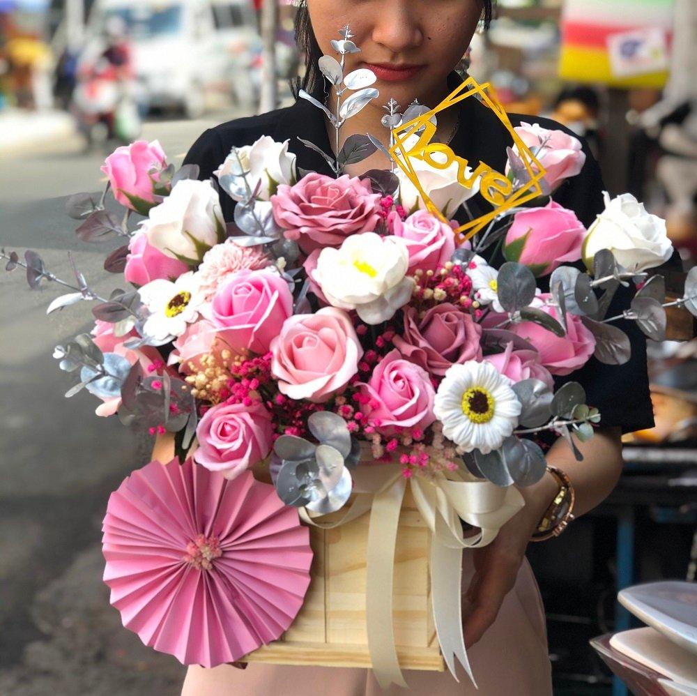 Giỏ hoa hồng sáp thơm màu nude