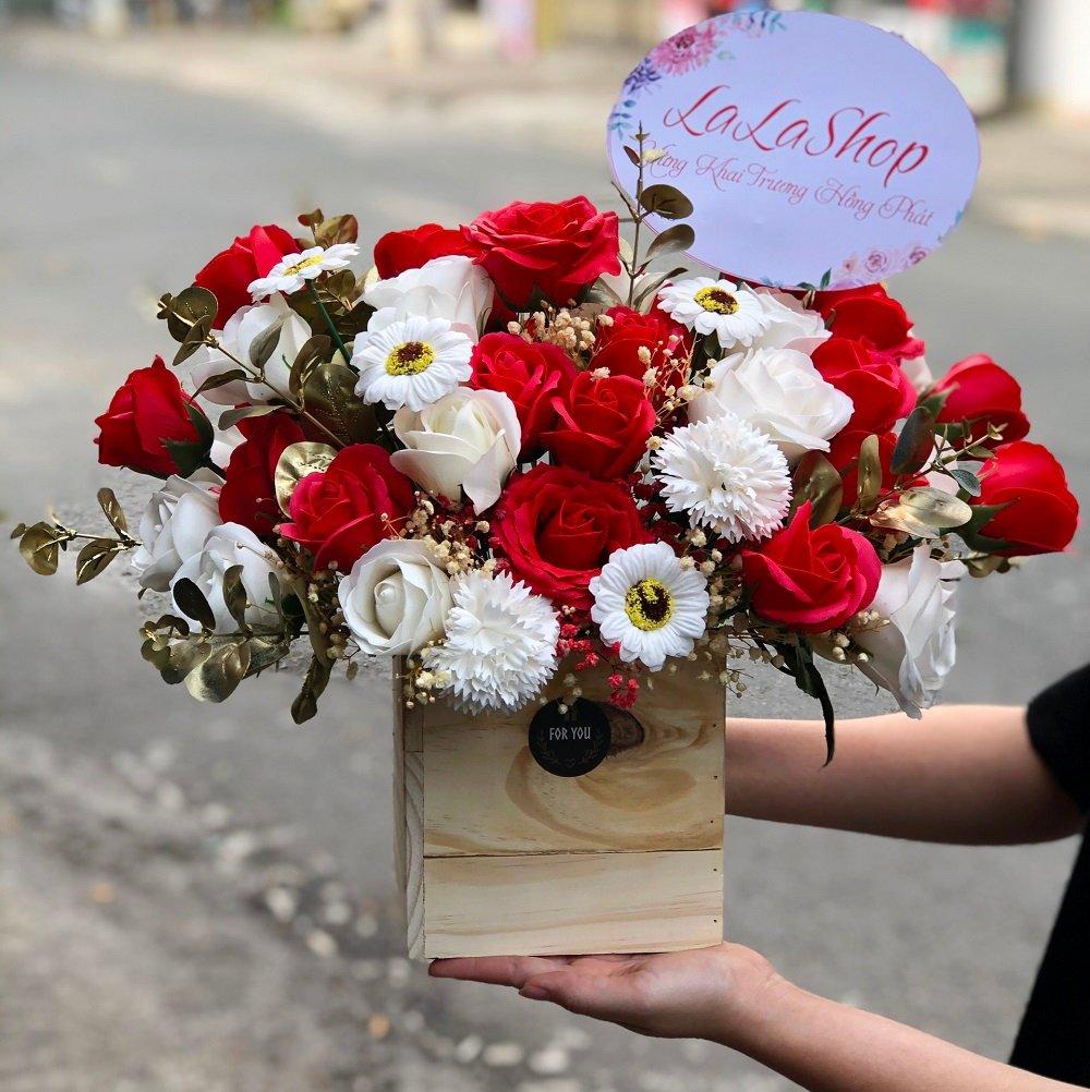 Chậu gỗ hoa hồng sáp thơm sắc đỏ điểm trắng