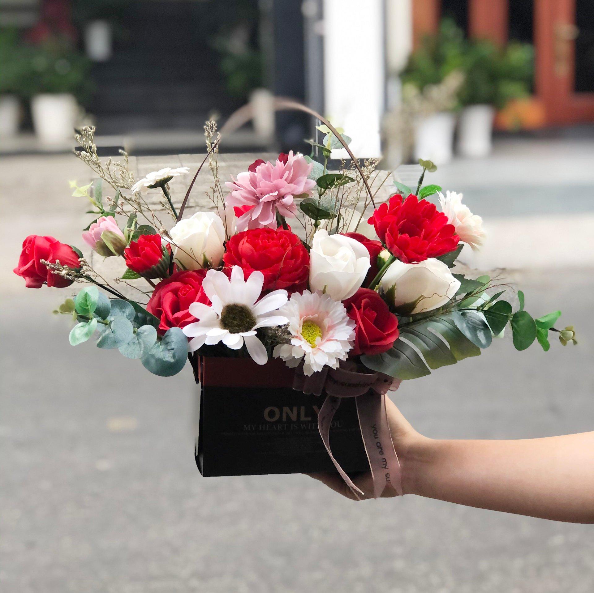 Giỏ hoa sáp sắc màu