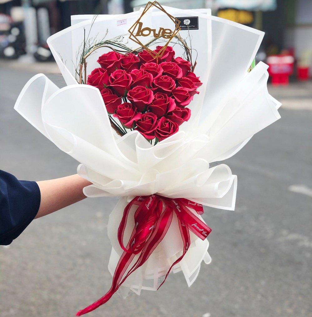 Bó hoa hồng sáp thơm sắc đỏ phủ trắng