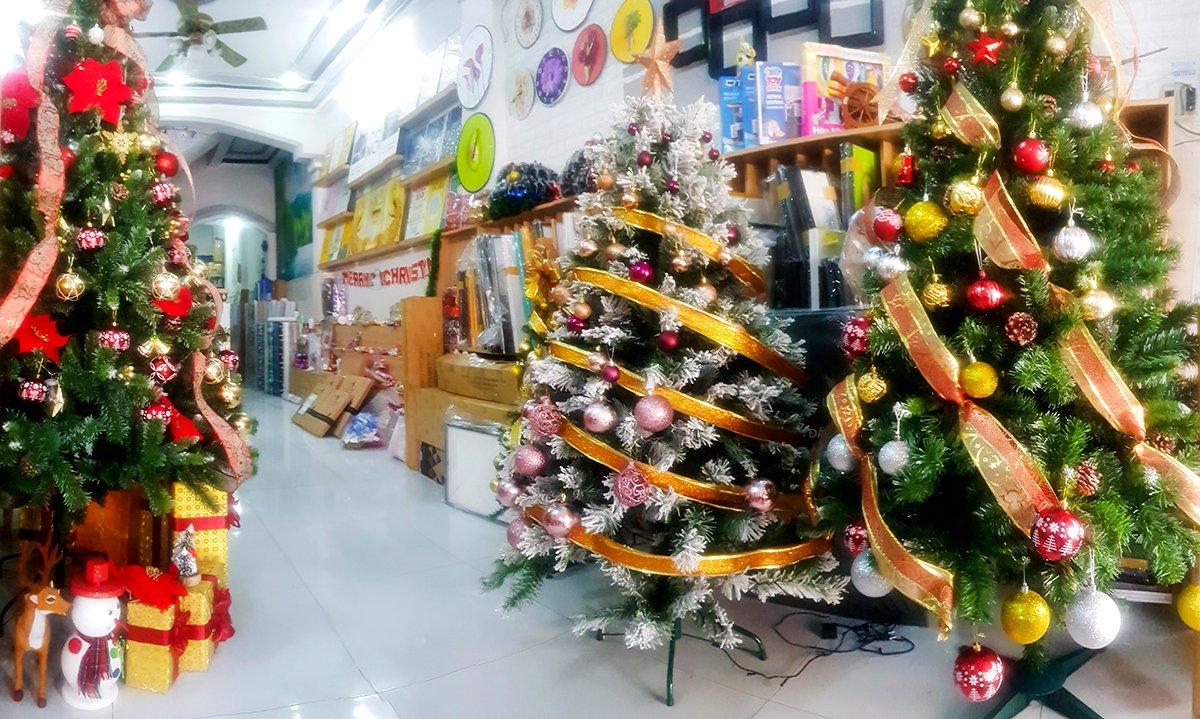 Tại Lala có nhiều mẫu cây thông Noel từ đơn giản đến cầu kì với đa dạng kích thước và mẫu mã khác nhau