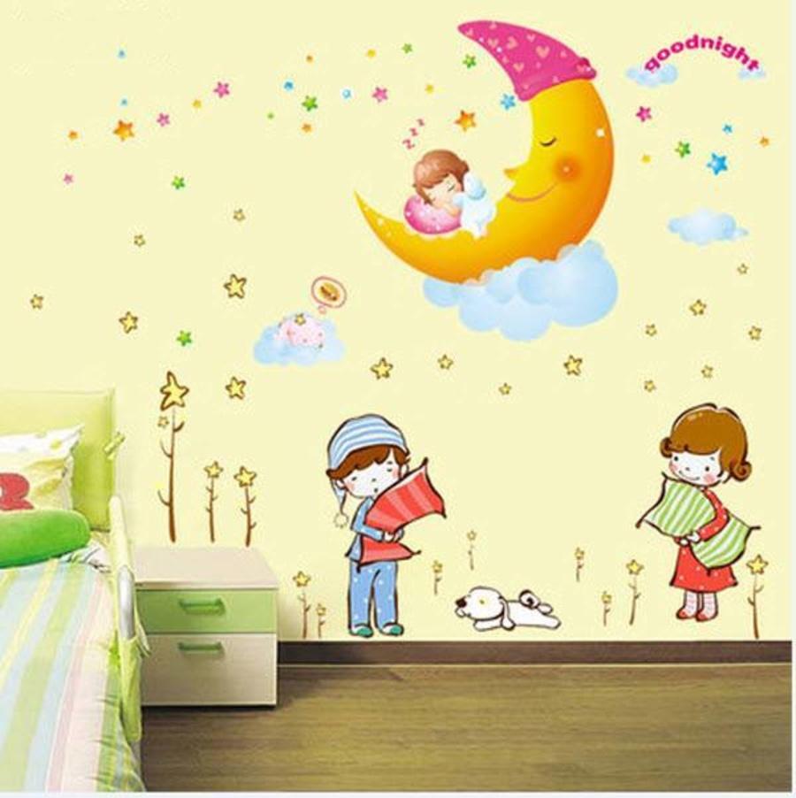 Decal dán tường Combo Chúc bé ngủ ngon size to   Hai bé ôm gối