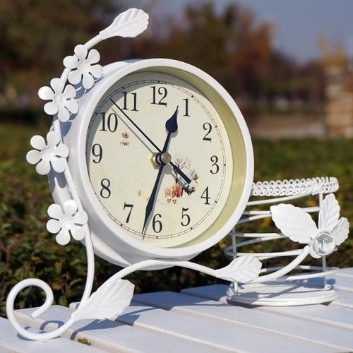 Đồng hồ để bàn viền hoa