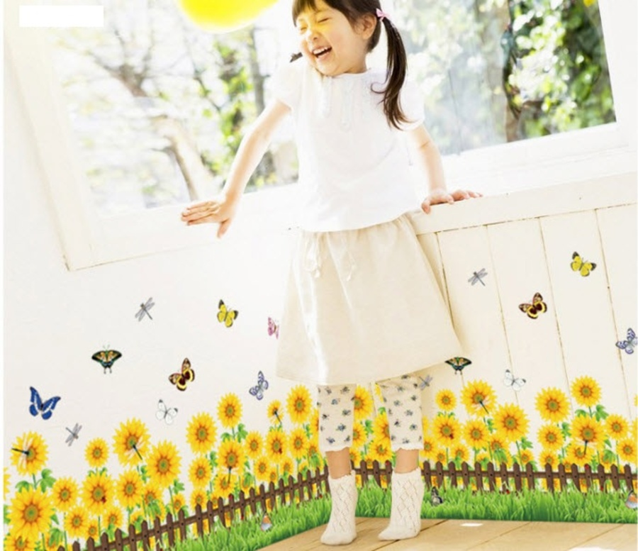 Chân tường hướng dương vàng và bướm