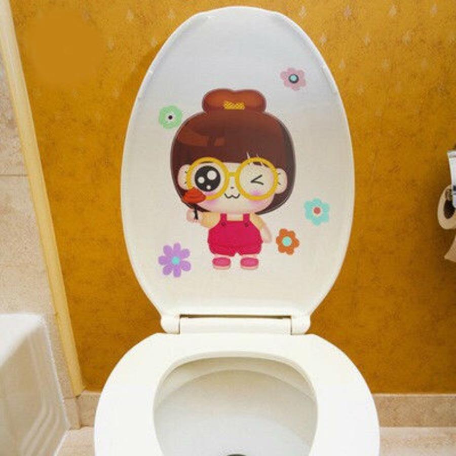 Dán toilet cô bé kính cận
