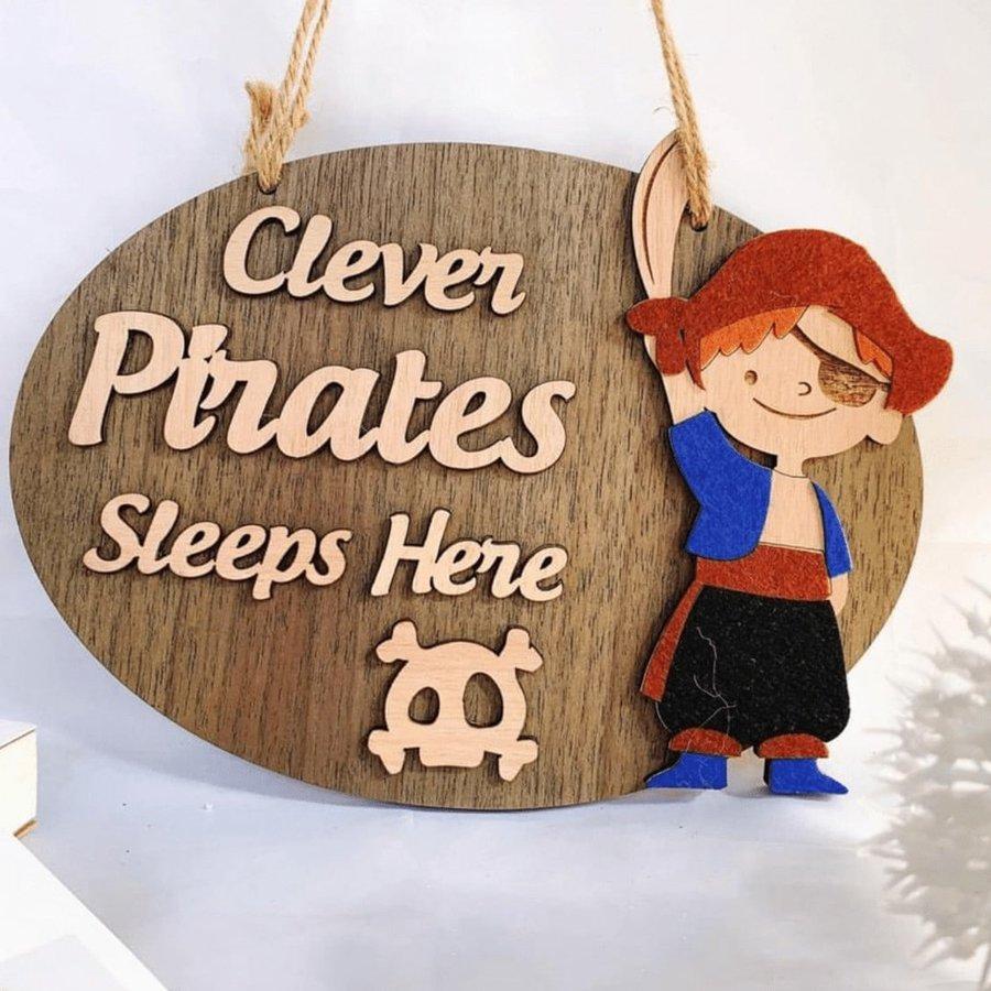 Bảng gỗ handmade Clever Pirates sleep here