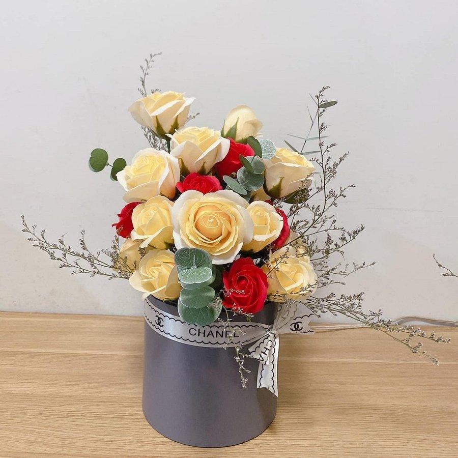 Chậu hoa hồng sáp sắc vàng