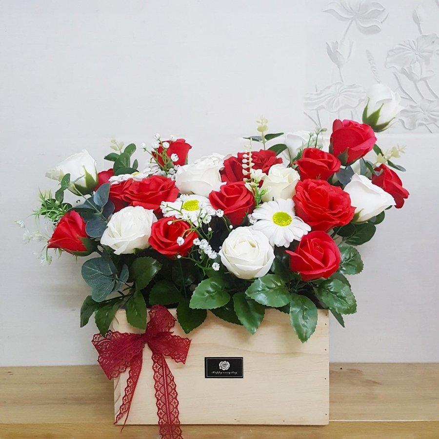 Chậu hoa sáp thơm gỗ sắc đỏ điểm trắng