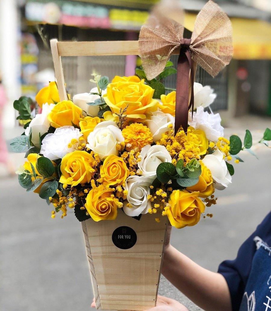 Giỏ hoa sáp thơm sắc vàng 2