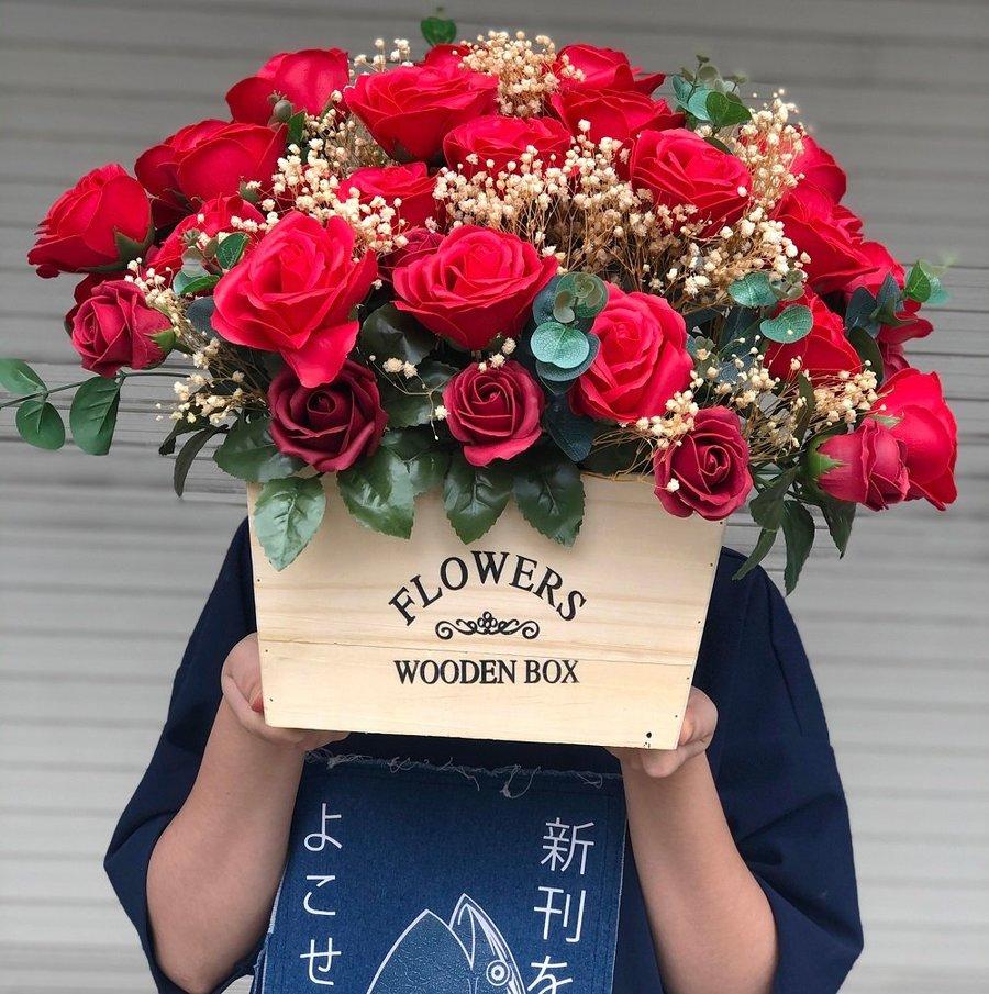 Hộp gỗ hoa sáp thơm sắc đỏ