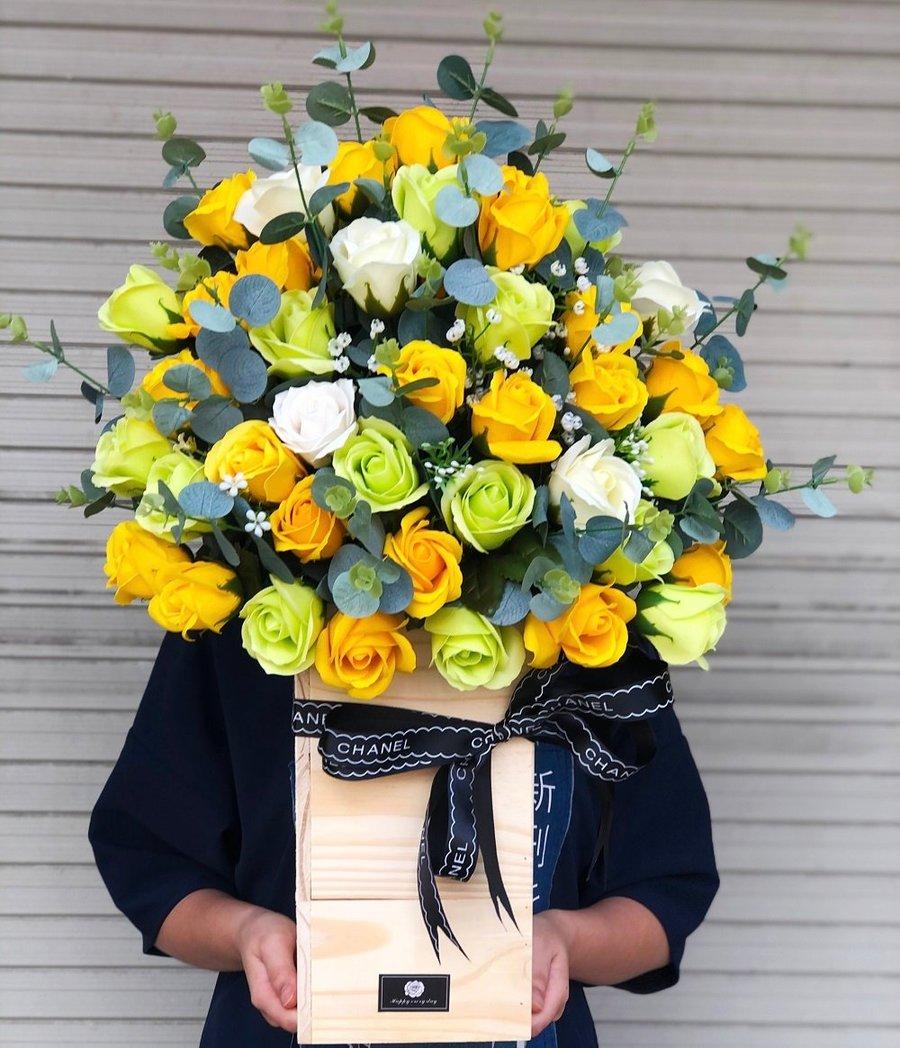 Hộp gỗ hoa sáp chúc mừng sắc xanh vàng
