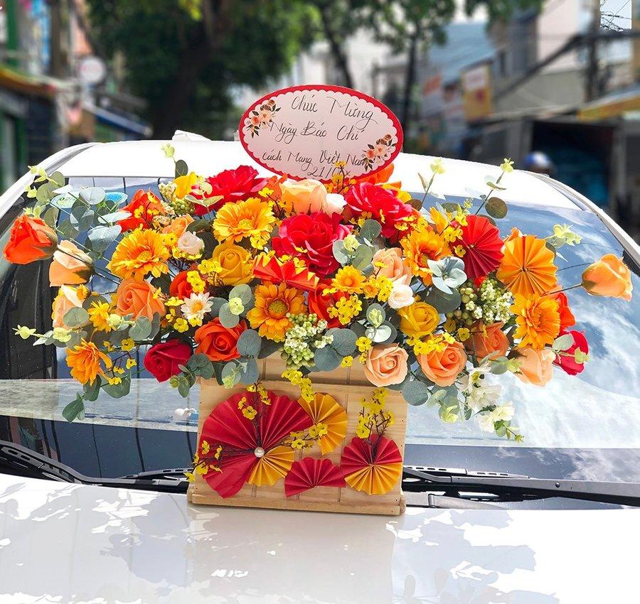 Lẵng hoa sáp thơm sắc đỏ cam chúc mừng